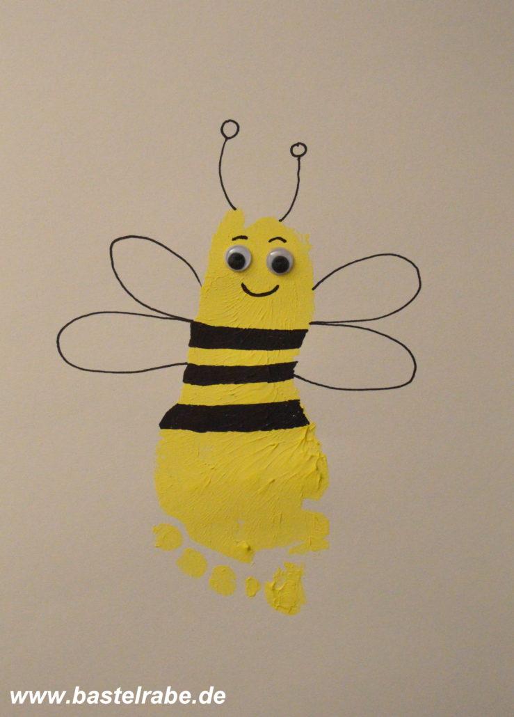 Biene Basteln Mit Deinem Fussabdruck Zum Gelben Krabbeltier